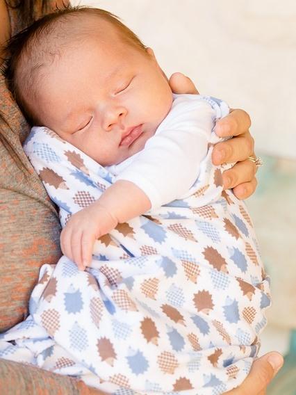 安らかに眠る新生児