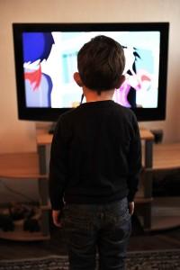 テレビの前に立つ子供