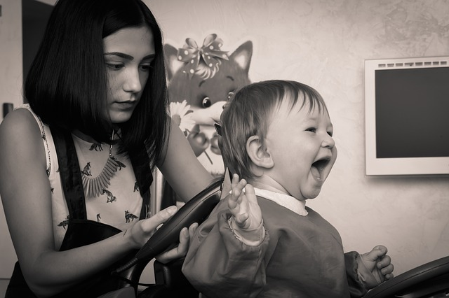 初めてのヘアカット、赤ちゃんの髪を上手に切る方法