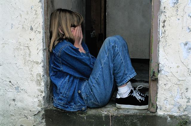 隠れて泣く女の子