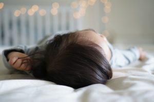 眠る子供の頭