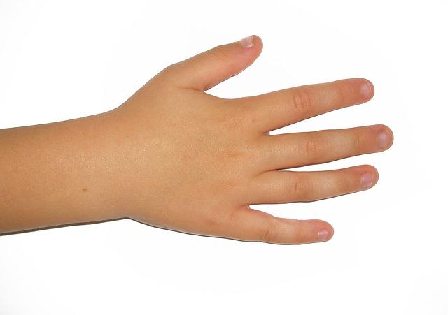 爪を噛む子の手